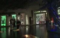 博物館の床には、イスラエル兵から押収した軍服や小銃も展示されている。来館者はこれを「踏みつける」形になる=レバノン南部ムリータで2018年11月19日、篠田航一撮影