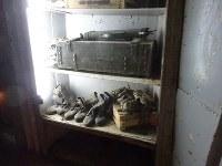 トンネルの中には、ヒズボラ戦闘員がゲリラ戦で使った靴なども保存されている=レバノン南部ムリータで2018年11月19日、篠田航一撮影