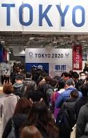 東京五輪の大会ボランティア、都市ボランティアの説明会で参加受付のため並ぶ人たち=東京都千代田区で2019年2月9日午前10時32分、宮間俊樹撮影