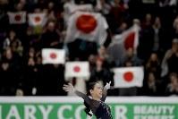 【フィギュア4大陸選手権】女子フリーで圧倒的な演技を披露し、逆転で初優勝した紀平梨花(日本)。スタンドは日の丸が揺れる=米カリフォルニア州アナハイムで2019年2月8日、AP