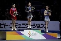 【フィギュア4大陸選手権】女子フリーで圧倒的な演技を披露し、逆転で初優勝した紀平梨花(日本)。表彰台の中央に立った=米カリフォルニア州アナハイムで2019年2月8日、AP