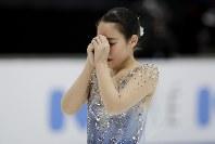 【フィギュア4大陸選手権】演技を終え、両手を上げて歓声に応える三原舞依(日本)=米カリフォルニア州アナハイムで2019年2月8日、AP