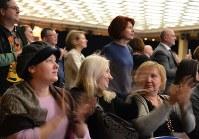 藤間蘭黄さんが演じる斎藤道三(左)と、ファルフ・ルジマトフさんが演じる織田信長=モスクワのクレムリン宮殿で2019年1月25日、大前仁撮影