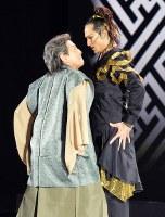 岩田守弘さんが演じる若き日の豊臣秀吉(左)は、ファルフ・ルジマトフさんが演じる主人の織田信長に付き従っていった=サンクトペテルブルクのコミスサルジェフスク劇場で2019年1月15日、大前仁撮影