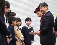Crown Prince Naruhito and Crown Princess Masako talk with prizewinners in the 64th national youth book report contest, in Tokyo's Chiyoda Ward on Feb. 8, 2019. (Mainichi/Hiroshi Maruyama)