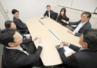 意見交換する大阪災害対策本部の現場責任者たち=大阪市中央区で、梅田麻衣子撮影