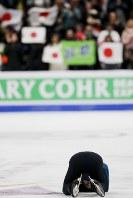 【フィギュア4大陸選手権】男子フリーで渾身の演技。終了後にリンクに倒れ込んだ宇野昌磨(日本)。逆転で初優勝を果たした=米カリフォルニア州アナハイムで2019年2月9日、AP