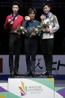 【フィギュア4大陸選手権】逆転で初優勝を果たした宇野昌磨(日本)が表彰台の中央に立つ。2位は金博洋(中国)、3位はビンセント・ゾウ(米国)=米カリフォルニア州アナハイムで2019年2月9日、AP