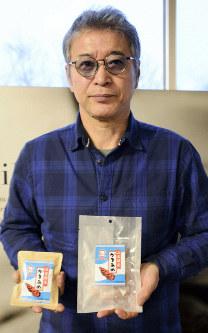 「かきあめ」を再現した石川光晴社長=石巻市北村の珈琲工房いしかわで2019年1月23日、本橋敦子撮影