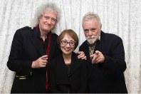 今年1月のゴールデン・グローブ賞の授賞式を前に「クイーン」のブライアン・メイさん(左)とロジャー・テイラーさん(右)と再会した中島由紀子さん=中島さん提供