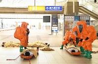 インテックス大阪で、G20サミットに向けた共同訓練をする消防隊員ら=大阪市住之江区で2019年2月5日午後2時16分、山崎一輝撮影
