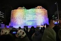 ライトアップされた毎日新聞氷の広場にある大氷像「台湾・玉山と高雄駅」=札幌市中央区で2019年2月4日午後5時55分、貝塚太一撮影
