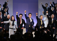 Prime Minister and LDP President Shinzo Abe, center, and other top party officials raise their fists at a party convention in Tokyo's Minato Ward on Feb. 10, 2019. (Mainichi/Tatsuro Tamaki)