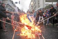 イラン革命40年の記念集会で米国旗を燃やす市民ら=首都テヘランで2019年2月11日、タスニム通信・ロイター