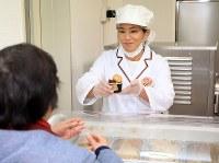 客にアイスクリームを渡す松本薫さん=東京都新宿区で2019年2月12日午後0時24分、梅村直承撮影