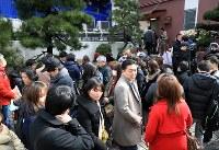 松本薫さんが勤めるアイスクリーム屋(奥)に列をなす客=東京都新宿区で2019年2月12日午後0時25分、梅村直承撮影