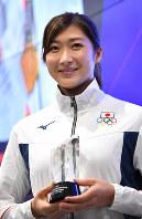アジア大会MVPに選ばれトロフィーを手にする池江璃花子=ジャカルタで2018年9月2日、宮間俊樹撮影