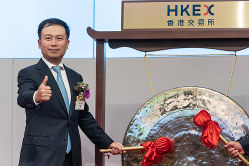 株式上場時、取材陣に向けポーズをとる 王濤主席兼CEO