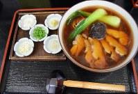薬味の小皿が添えられた水戸藩らーめん=水戸市柳町1で2019年2月8日、仁瓶和弥撮影