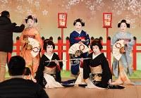「北野をどり」の衣装合わせで、舞台上での記念撮影に臨む上七軒の芸舞妓ら=京都市上京区で2019年2月13日午前11時15分、川平愛撮影