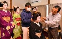 「北野をどり」の衣装合わせで、かつらを装着する上七軒の芸妓ら=京都市上京区で2019年2月13日午前10時32分、川平愛撮影