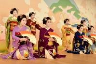 「北野をどり」の衣装合わせで、舞台上での記念撮影に臨む上七軒の舞妓ら=京都市上京区で2019年2月13日午後0時17分、川平愛撮影