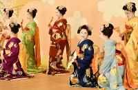 「北野をどり」の衣装合わせで、舞台上で記念撮影に臨む上七軒の舞妓ら=京都市上京区で2019年2月13日午後0時1分、川平愛撮影