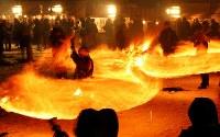 冬の夜を彩る「火振りかまくら」の炎の輪=秋田県仙北市で2019年2月13日午後5時42分、喜屋武真之介撮影