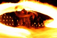 冬の夜を彩る「火振りかまくら」の炎の輪=秋田県仙北市で2019年2月13日午後6時28分、喜屋武真之介撮影