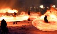 冬の夜を彩る「火振りかまくら」の炎の輪=秋田県仙北市で2019年2月13日午後5時33分、喜屋武真之介撮影