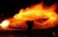 冬の夜を彩る「火振りかまくら」の炎の輪=秋田県仙北市で2019年2月13日午後5時47分、喜屋武真之介撮影