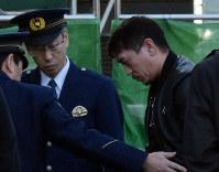 詐欺容疑で逮捕された銅子正人容疑者(右)=名古屋市南区の愛知県警南署で2019年2月13日午前10時25分、竹田直人撮影