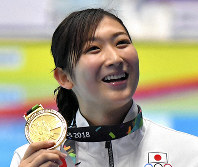 A smiling Rikako Ikee reacts after she won the women's 50-meter freestyle final to collect her sixth gold medal at the Asian Games in the Indonesian capital of Jakarta, on Aug. 24, 2018. (Mainichi/Noriko Tokuno)