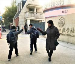 上海にある「貴族学校」、協和双語学校の登校風景。学生服の定番はジャージーだ(筆者撮影)