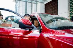 プロトンのSUVを視察するマハティール首相(Bloomberg)