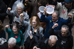 米連邦政府の一部閉鎖に抗議する職員=ワシントンで1月23日(Bloomberg)