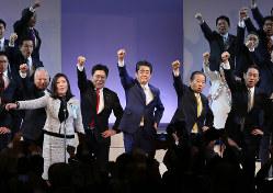 自民党大会で拳を突き上げる=2月10日