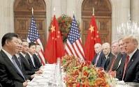 貿易戦争の「一時休戦」で合意したトランプ大統領(右端)と習近平国家主席(左端)ら=アルゼンチン・ブエノスアイレスで2018年12月1日、ロイター