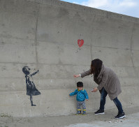 多くの見物人が訪れている防波堤の絵=千葉県山武郡九十九里町で