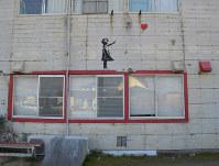 サーフショップの壁に描かれた絵=千葉県山武郡九十九里町で