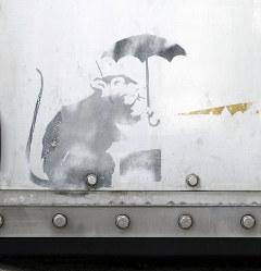防潮扉に描かれたバンクシーの作品に似たネズミの絵=東京都港区で2019年1月16日、東京都提供