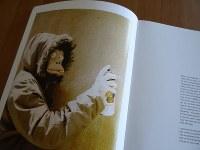 バンクシーの画集に収められている写真。覆面をしているがバンクシー本人だとされる=大治朋子撮影