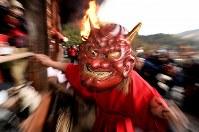 「だだおし」で境内を練り歩く赤鬼=桜井市の長谷寺で2019年2月14日午後5時8分、山崎一輝撮影