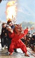 大和路に春を呼ぶ火祭り「だだおし」で、大たいまつを従えて境内を練り歩く赤鬼=奈良県桜井市で2019年2月14日午後5時2分、山崎一輝撮影