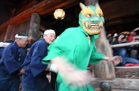 大和路に春を呼ぶ火祭り「だだおし」で、境内を練り歩く緑鬼=奈良県桜井市で2019年2月14日午後4時52分、山崎一輝撮影