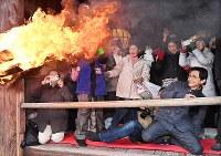 大和路に春を呼ぶ火祭り「だだおし」で、大たいまつの炎から逃げる参拝者たち=奈良県桜井市で2019年2月14日午後4時46分、山崎一輝撮影