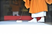 大和路に春を呼ぶ火祭り「だだおし」の法要が始まる前に、粘着テープで念入りに掃除をする僧侶=奈良県桜井市で2019年2月14日午後2時14分、山崎一輝撮影