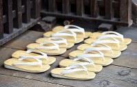 大和路に春を呼ぶ火祭り「だだおし」の法要で、きれいに揃えられた草履=奈良県桜井市で2019年2月14日午後3時14分、山崎一輝撮影