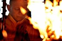 大和路に春を呼ぶ火祭り「だだおし」の法要で護摩を焚く僧侶=奈良県桜井市で2019年2月14日午後4時3分、山崎一輝撮影