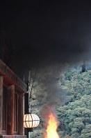 大和路に春を呼ぶ火祭り「だだおし」で、大たいまつから上がる黒煙=奈良県桜井市で2019年2月14日午後4時50分、山崎一輝撮影
